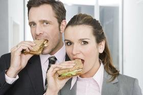 Mann und Frau essen Sandwich