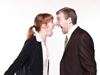 Mann und Frau schreien sich an Streit Konflikt