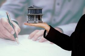 Mann Unterschrift Signatur Frau Haus in der Hand