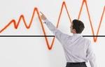 Mann zeigt auf Peak einer Grafik