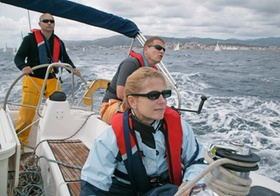 Mannschaft eines Segelschiffs bei Regatta