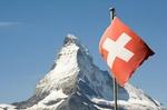 Matterhorn mit Schweizer Flagge im Vordergrund