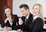 Meeting mit drei Personen, positive Stimmung