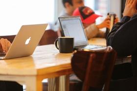 Mehrere Personen arbeiten mobil