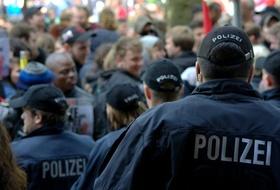 Mehrere Polizeibeamte in einer Menschenmenge_pixabay
