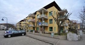 Mehrfamilienhaus mit Parkplatz