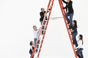 Menschen die eine Leiter hinaufsteigen