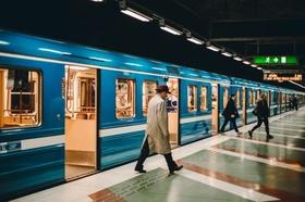 Menschen steigen aus der U-Bahn aus