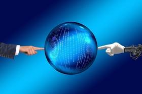 menschliche und Roboterhand zeigen auf Welt mit Binärcode
