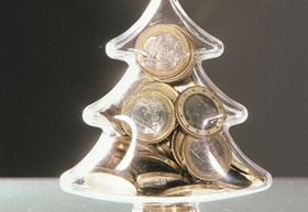 Mit Münzen gefüllter Weihnachtsbaum