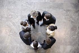 Mitarbeiter stehen in Kreis