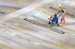 Modellfigur auf Steuererklärung und Betreuungskosten