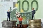 Symbolbild Kapital, zwei Manager und ein Arbeiter Gewerkschafter auf Münzen vor 100 EURO Banknote