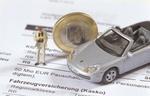 Modellporsche steht auf Versicherungsdokument
