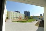 moderne, bunte Flüchtlingsunterkunft mit Spielplatz