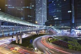 Moderne Großstadt mit Fußgängerpassage im Vordergrund