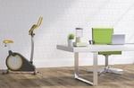 moderner Arbeitsplatz mit Sportgerät und Pflanze