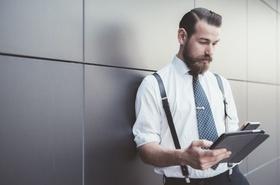 Moderner Geschäftsmann mit Tablet und Smartphone