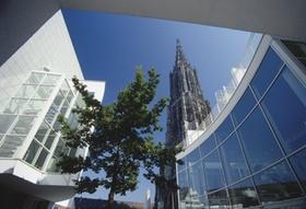 Modernes Stadthaus und Muenster, Ulm, Deutschland