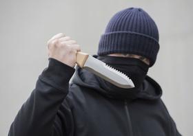 Vermummter Mann mit Messer