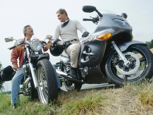 Motorradunfall bei riskantem Überholen einer Kolonne
