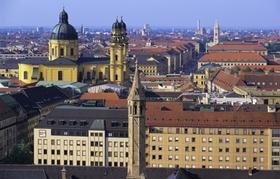 München Blick über Dächer und auf den Dom