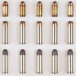 Munition, verschiedene Patronen aufgereiht