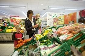 Mutter mit Kindern in Gemüseabteilung