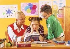 Mutter mit zwei Kindern beim Lernen
