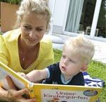 Mutter und Sohn beim Vorlesen