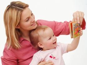 Mutter zeigt Baby Bilder