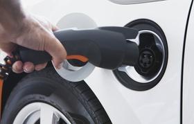 Nahaufnahme elektrisches Fahrzeug an Ladestation