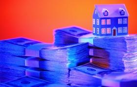 Nahaufnahme Hausmodell auf US Dollarscheinen