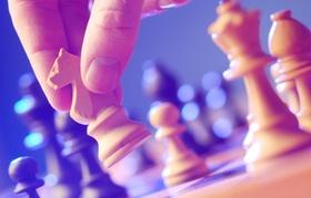 Nahaufnahme von Hand beim Schach spielen