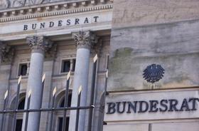 Nahaufnahme vor dem Gebäude des Deutschen Bundesrats unten