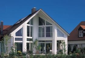 Neues Haus mit Garten und vielen Fenstern