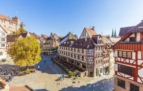 Nürnberg - Altstadt mit Marktplatz und Menschen bei Sonnenschein