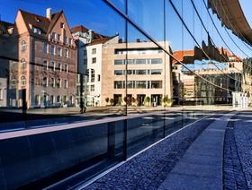 Nürnberg_Bürogebäude Häuser spiegeln sich im Museum