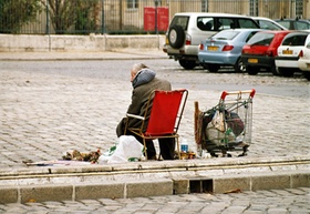 Obdachloser_obdachlos_Mann auf Parkbank