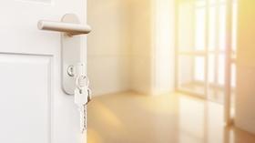 Offene Wohnungstür Schlüssel leere Wohnung Eigentumswohnung