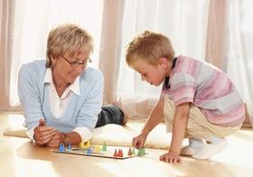 Oma spielt mit Enkelsohn Fang den Hut