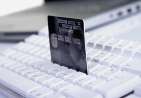 Onlineshopping, Kreditkarte auf Tastatur
