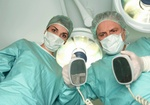 Operationsarzt mit Mundschutz neben einer Krankenschwester