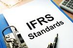 Ordner mit Schriftzug IFRS Standards auf erster Seite