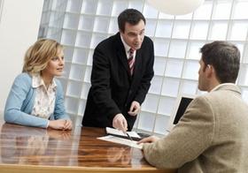 Paar bei Beratungsgespraech mit Mann
