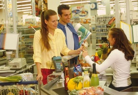 Paar im Supermarkt an der Kasse
