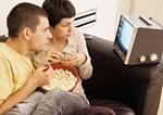 Paar zuhause, mit Popcorn beim Fernsehen