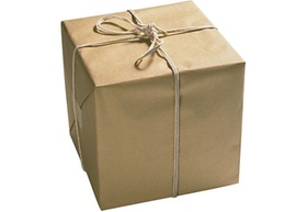 Paket mit braunem Packpapier und Kordel