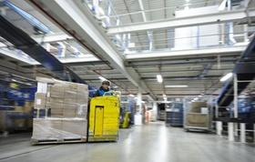 Pakete werden im Logistikcenter sortiert