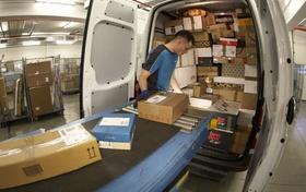 Pakete werden in Lieferwagen geladen